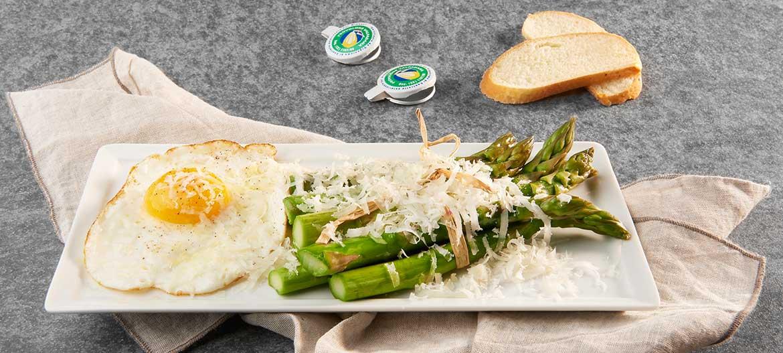 Espárragos con huevos y Provolone Valpadana D.O.P. picante