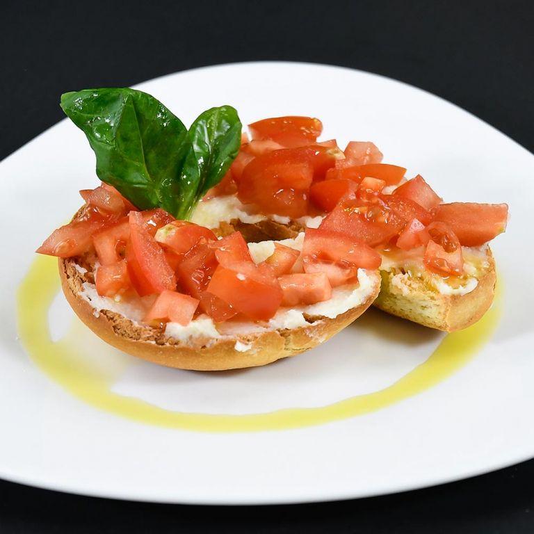 Frisella con pomodori, basilico e crema di Provolone Valpadana DOP piccante