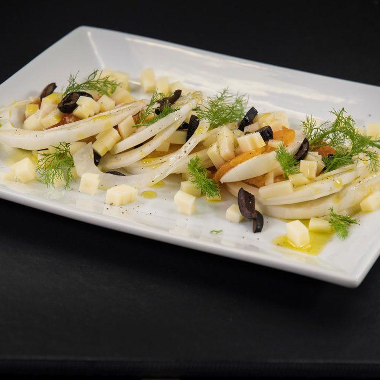 Insalata di arance con olive nere e cubetti di Provolone Valpadana DOP dolce