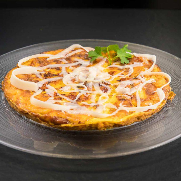 Tortilla de Patatas con Provolone Valpadana DOP piccante e pancetta affumicata
