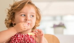 far-mangiare-formaggio-ai-bambini
