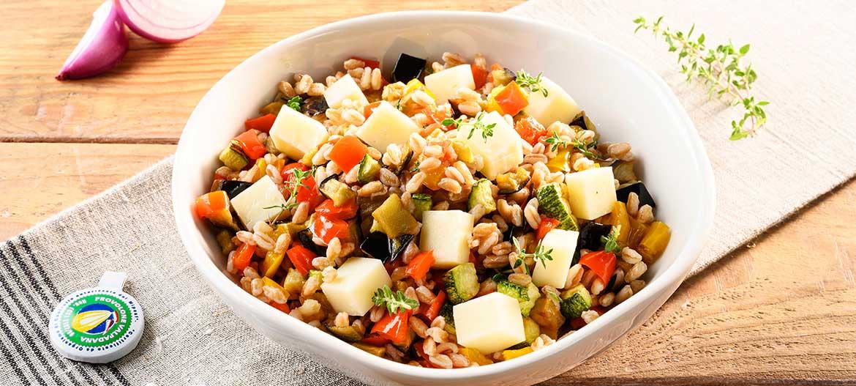 Ensalada de farro con verduras y Provolone Valpadana picante