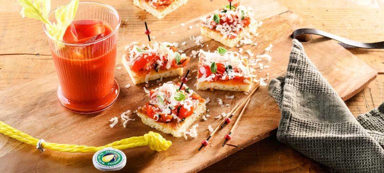 Focaccia con ensalada de tomates a las hierbas y Provolone Valpadana picante