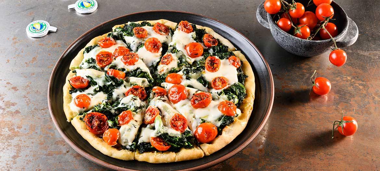 Pizza con Provolone Valpadana dulce, acelgas y tomates cereza