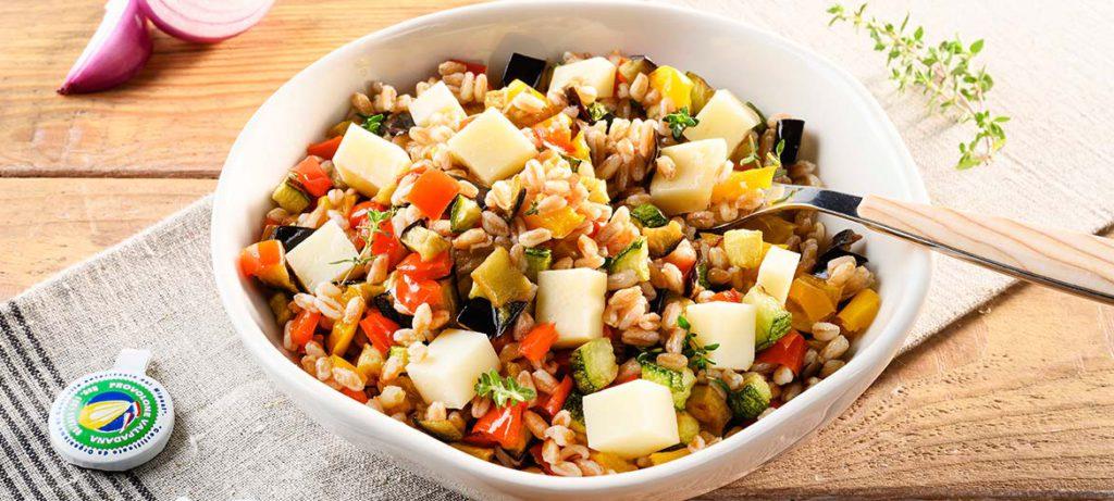 ricette con verdure e formaggio Insalata di farro e Provolone Valpadana