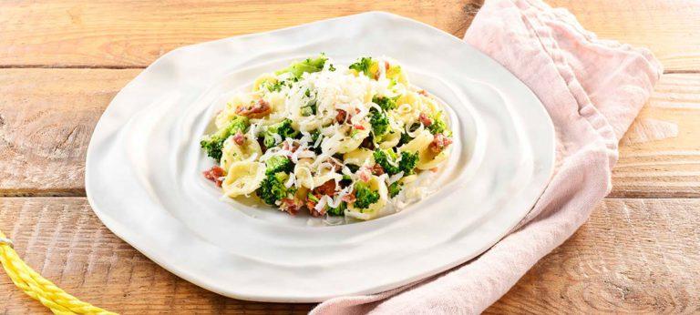 Orecchiette-type pasta sausage broccoli Provolone Valpadana