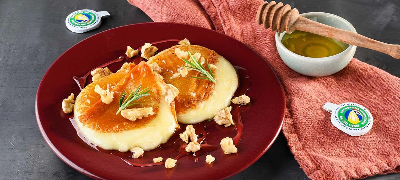 medaglioni arrosto di Provolone Valpadana D.O.P. dolce con miele, noci e rosmarino