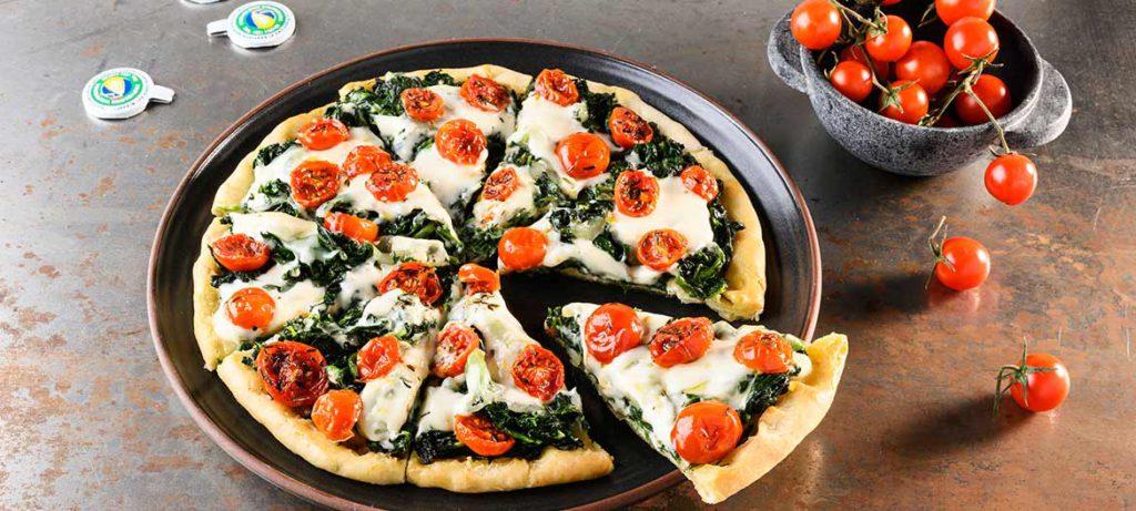 Pizza fatta in casa con Provolone Valpadana, bietole e pomodorini