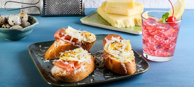 Montaditos con Provolone Valpadana piccante, jamon serrano e uova di quaglia